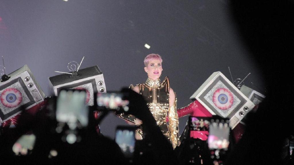 Cahaya Menyilaukan Katy Perry di Witness Tour