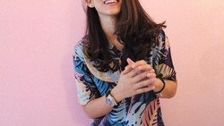Athira Farina, perempuan cantik yang berprofesi pilot itu dulunya drummer band pengiring Vicky Shu. Selain jago main drum, rupanya ia juga gemar olahraga.