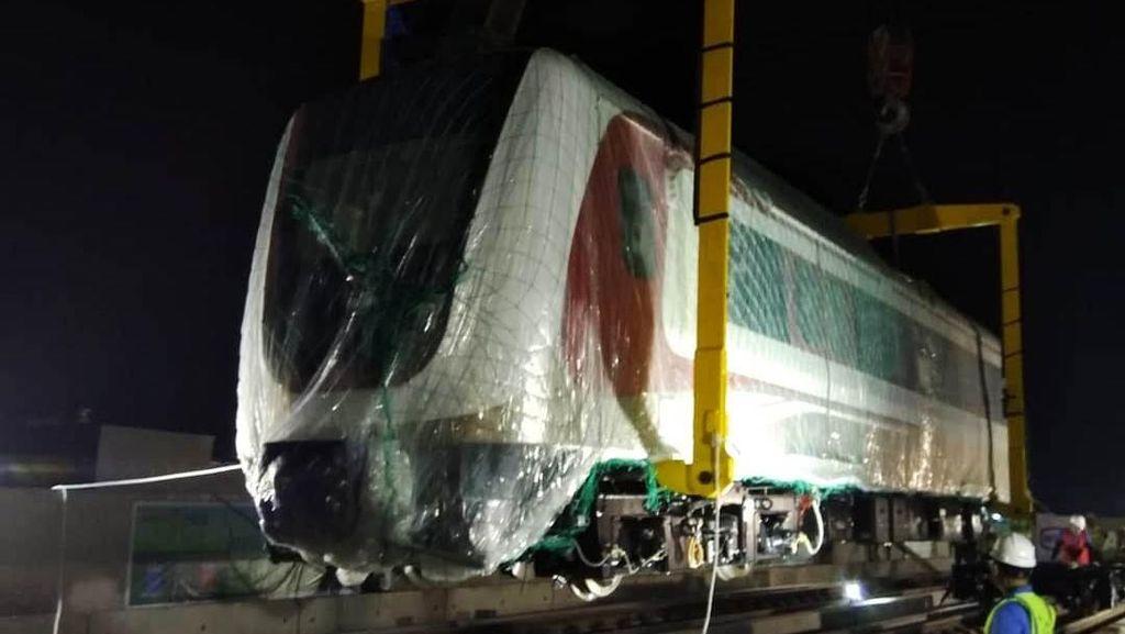 Hore, Kereta LRT Jakarta Mendarat Mulus di Rel Kelapa Gading