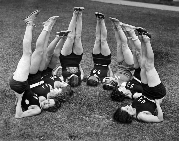 Stretching atau peregangan masih menjadi pilihan latihan fisik pada tahun 1900-an. Foto: Archives/Getty Images