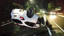 Mobil Kecelakaan di Wijaya Jaksel Hingga Terbalik