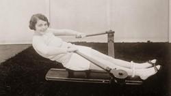 Latihan fisik yang melibatkan alat dan kelas atau grup sebenarnya sudah ada sejak tahun 1920-an. Seperti apa penampakannya? Yuk lihat foto-fotonya berikut ini.