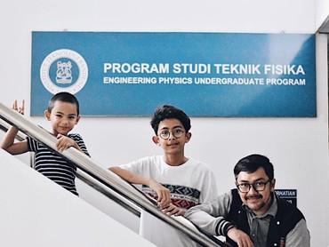 Bersama dua jagoan jalan-jalan ke Institut Teknologi Bandung (ITB). (Instagram/praburevolusi)