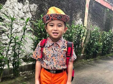 Ichal berangkat sekolah dulu ya, Bun. (Foto: Instagram/ @ichalomen02)