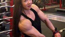 Kalau artis wanita Korea biasanya identik dengan tubuh langsing dan wajah cantik, Jhi Yeon Woo sedikit berbeda karena tubuhnya justru berotot kekar.