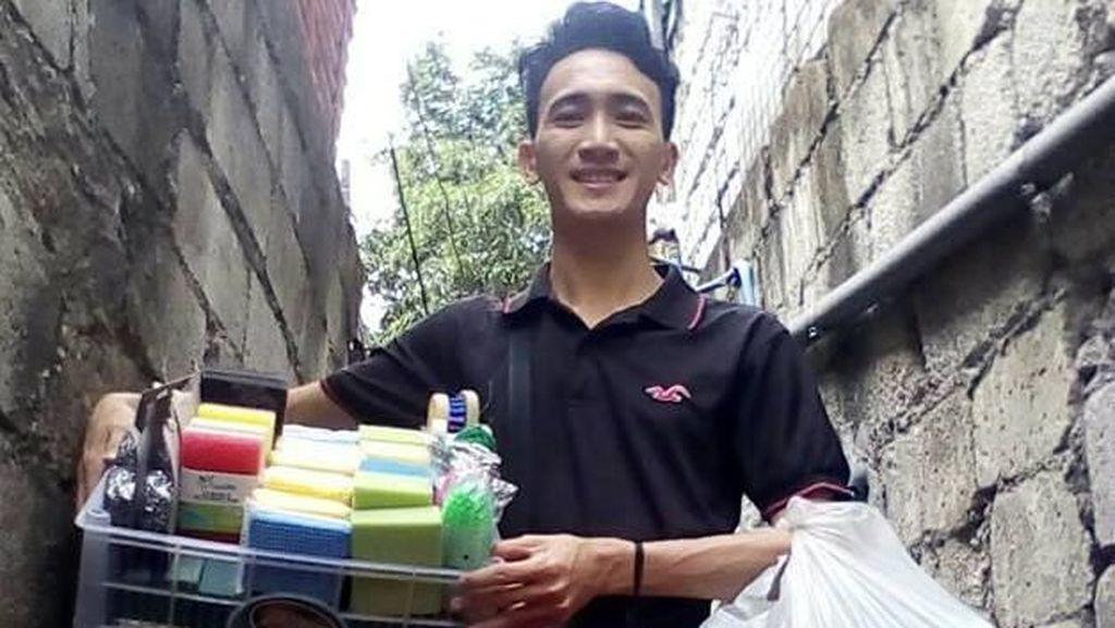 Salut! Kisah Pemuda yang Lulus Kuliah dari Biaya Jualan Spons Cuci Piring