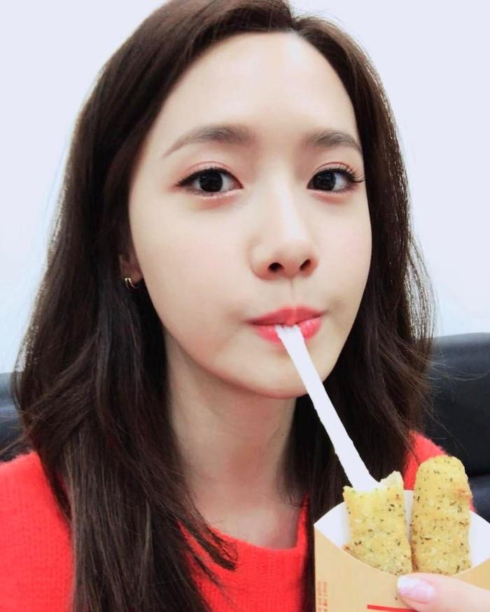 Ternyata Yoona suka chicken stick yang diisi dengan keju mozarella. Lihat saja ekspresinya saat melahap keju mulur ini. Aku ingin makan lagi, tulis akun @yoona_lim. Foto: Instagram @yoona__lim