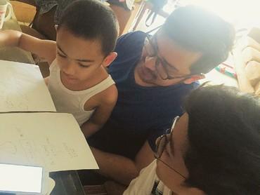 Di waktu luangnya, Ayah Prabu menemani si kecil belajar. (Instagram/praburevolusi)