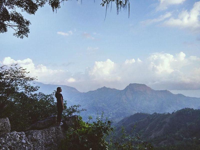 Momen ketika Maudy Ayunda terdiam melihat alam Indonesia. Dalam keterangannya berkata, Momen yang sesaat membuatku bergeming, kata dia dan sepertinya panorama alam itu ada di Bena, Ngada, NTT (Maudy Ayunda/Instagram)