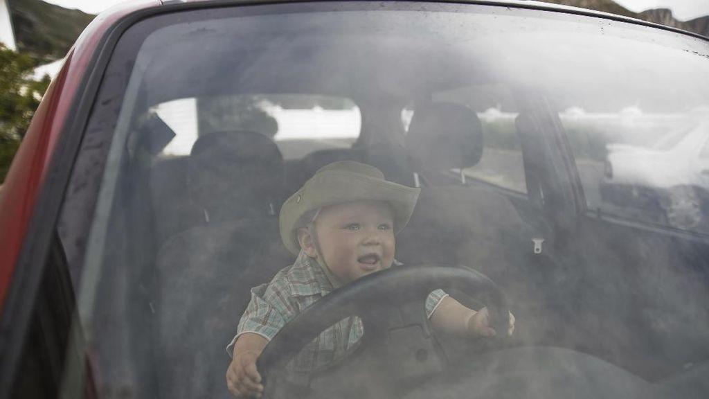 Ada Ayah Taruh Bayi di Setir Mobil, Menurut Bunda Gimana?