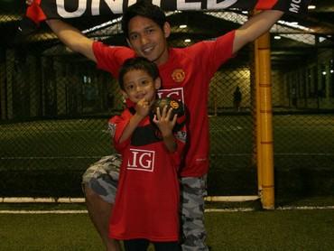 Throwback saat Maula masih balita. Dari kecil Maula udah hobi sepakbola. Gemas! (Foto: Instagram/ @maulajamilo11)