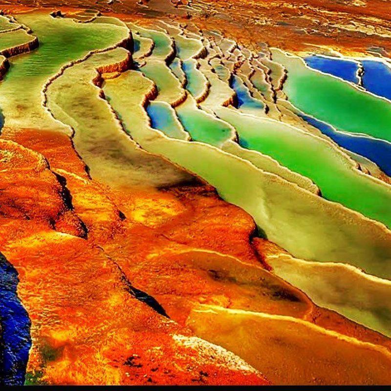Berbeda dari terasering biasa, Badab-e Surt adalah fenomena unik yang ada di Iran. Terasering di tempat ini kerap berganti warna. (lotusgriffinla/Instagram)