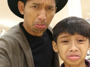 Begini jadinya kalau ayah dan anak yang sama-sama hobi sepakbola ini pasang muka sedih. (Foto: Instagram/ @ibnujamilo)