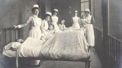 Koleksi foto-foto dari Peter Maleczek, menunjukkan rupa perawat pada tahun 1900 sampai 1910. Penasaran seperti apa? Yuk lihat foto-fotonya di bawah ini.