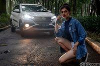 Model berpose dengan Toyota Rush