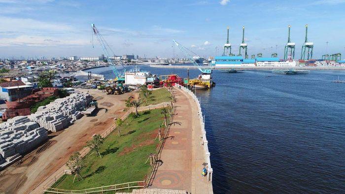 Pembangunan tanggul sepanjang total 4,5 km terbagi menjadi dua paket. Paket 1 berlokasi di Kelurahan Muara Baru, Kecamatan Penjaringan dengan panjang tanggul 2,3 km dan ditargetkan rampung Agustus 2018. Pool/Kementerian PUPR.