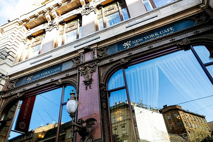 Desain interior yang megah dan sarat nilai sejarah menambah kecantikan kafe ini. Nama New York Cafe ini diambil dari New York Palace Hotel di New York. Foto: Istimewa