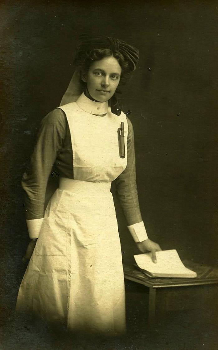 Karena kegigihannya tersebut, tak jarang lawan jenis yang menginginkan pasangan hidup seorang perawat. Foto: vintag.es