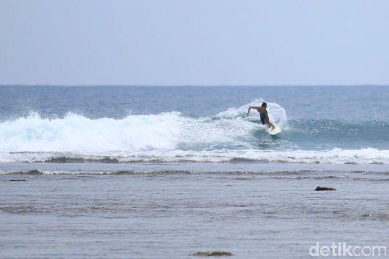 Krui di Kab Pesisir Barat memiliki beberapa pantai yang bisa dipilih untuk berselancar di perairan lepas. Salah satunya, Pantai Tanjung Setia (Mercy/detikTravel)