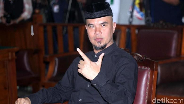 Foto: Usai Sidang, Ahmad Dhani Pose Victory Bareng Al-Dul