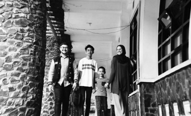 Ini dia personel komplet keluarga Prabu Revolusi. (Instagram/praburevolusi)