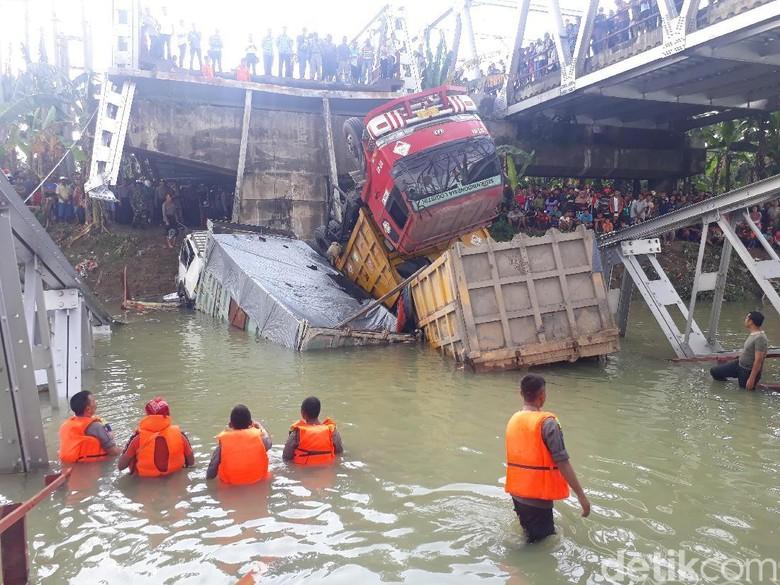 Pemicu Ambrolnya Jembatan Babat: 3 Truk Saling Salip