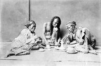 Pemadat alias pecandu opium di era kolonial.