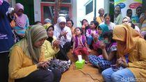 Khofifah Hibur Penderita Kanker di Surabaya