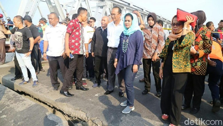 Tinjau Jembatan Ambrol, Puti Dorong Pemerintah Segera Perbaiki