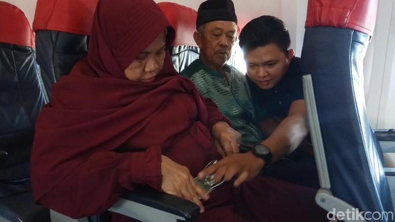 Bahagianya Tukang Becak Tadda, Korban Abu Tours Bisa Naik Pesawat