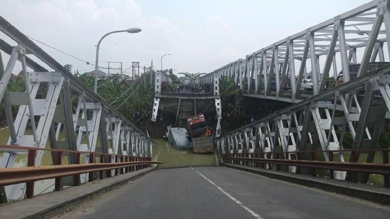 Jembatan Babat Widang Ambrol, Beberapa Kendaraan Terjun ke Sungai