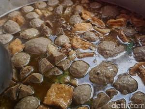 Menjajal Bakso Gondrong yang Terkenal di Tebet