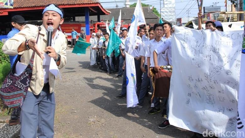 Ratusan Siswa SMA di Cicalengka Turun ke Jalan Tolak Miras