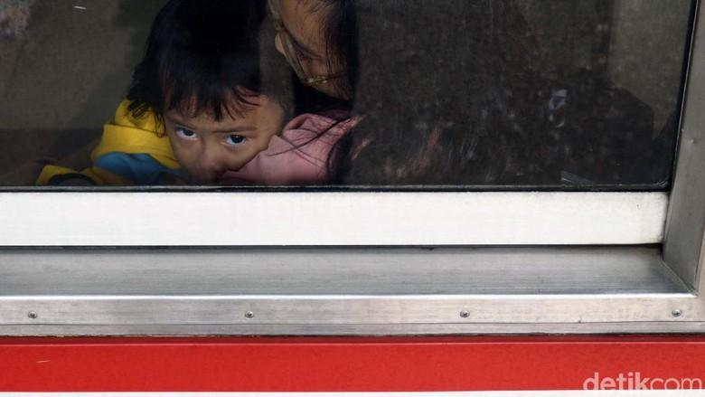 Menumpuk di Stasiun, Berdesakan di Kereta