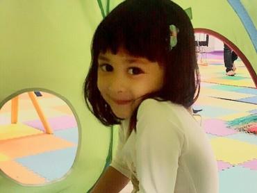 Beginilah si kecil Miya ketika malu-malu. He-he. (Foto: Instagram/shelomitadiah)