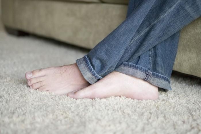 Tirai dan karpet bisa menjadi momok membahayakan bagi kesehatan kita. Bahan tirai dan karpet yang lembut sangat mudah ditempeli kadmium, yaitu zat karsinogenik dari asap rokok. Seperti yang kita tahu, karsinogenik adalah zat yang bisa menyebabkan kanker, maka jika tirai dan karpet terpapar asap rokok sangat mudah memicu penyakit kanker pada anggota keluarga. (Foto: Thinkstock)
