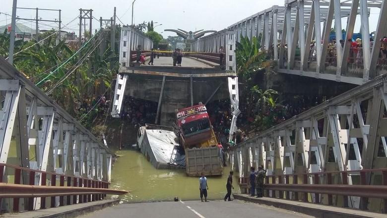 Jembatan Babat Ambrol, 3 Truk dan 1 Motor Terjun ke Bengawan Solo