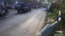 Truk Keramik Terguling di Jalur Babat-Bojonegoro