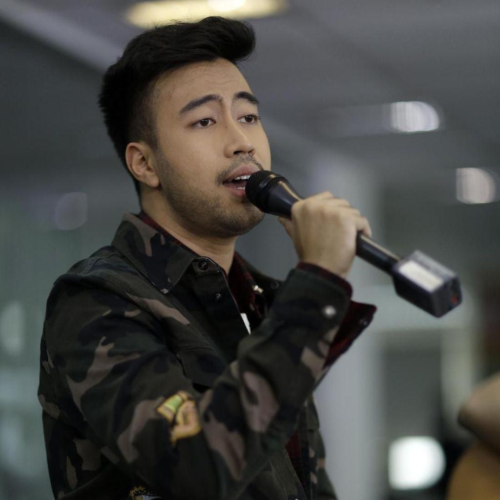 Aksi Vidi Aldiano Bawakan Tak Sejalan di Main Stage detikHOT