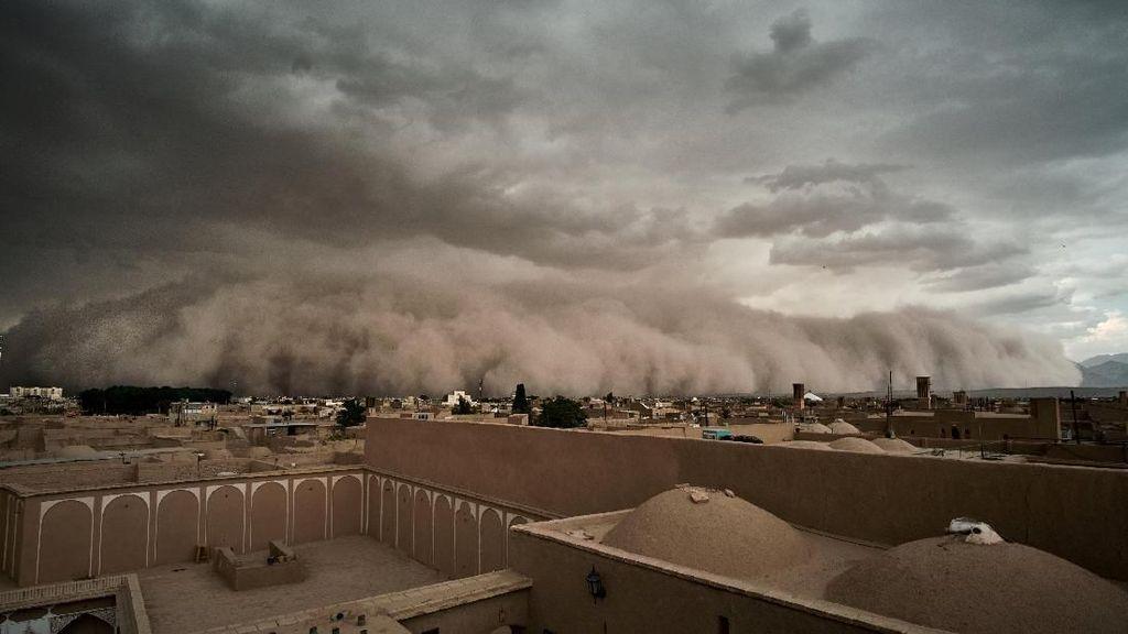 Penampakan Ngerinya Badai Pasir di Yazd Iran