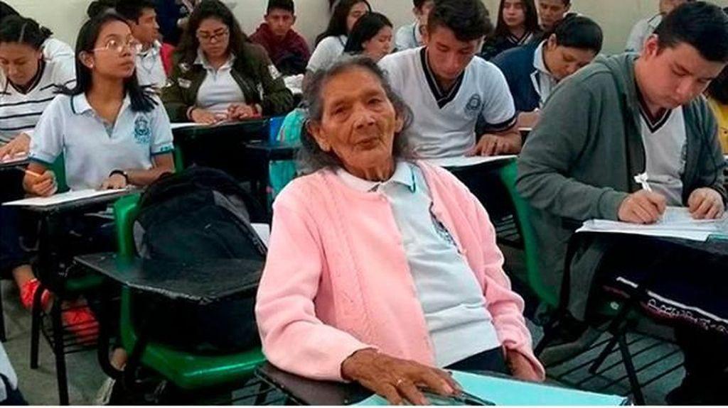 Umur Bukan Halangan, Nenek 96 Tahun Wujudkan Impian Masuk SMA