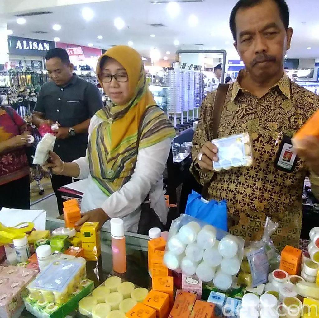 Ribuan Kosmetik Diduga Ilegal Diamankan dari 2 Mal di Surabaya