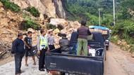 Longsor Timbun Jalan Lintas Riau-Sumbar