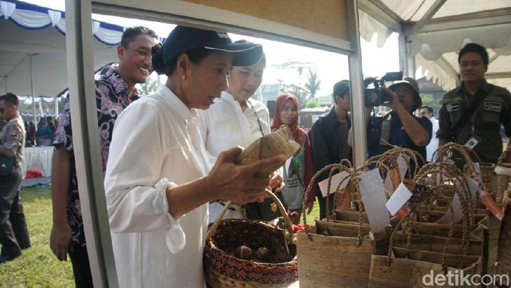 Rini Borong dan Bagikan 400 Telur Asin ke Petani Karawang