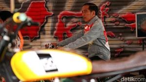 Gaya Jokowi Pakai Jaket Jins Viralnya Saat Buka IIMS