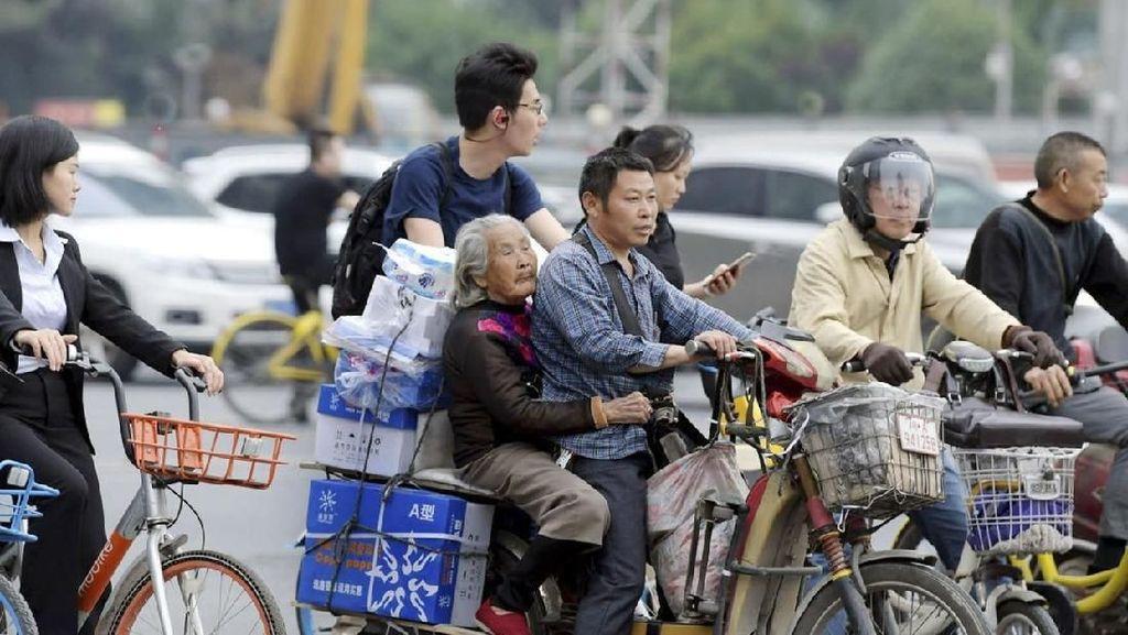 Kurir di China Selalu Ajak Serta Ibunda, Alasannya Bikin Terharu