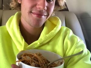 Belieber, Begini Gaya Seru Justin Bieber Saat Masak dan Makan!