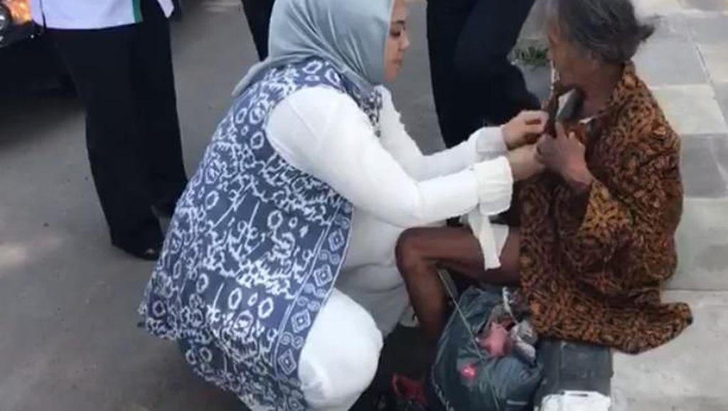 Aksi Bupati Cellica Memakaikan Baju ke Nenek Bugil di Cirebon