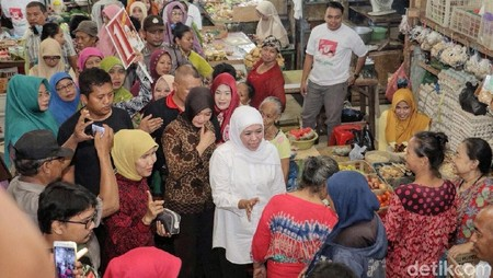 Jualan di Pasar Tambah Rejo, Khofifah Jadi Pedagang Rujak Cingur