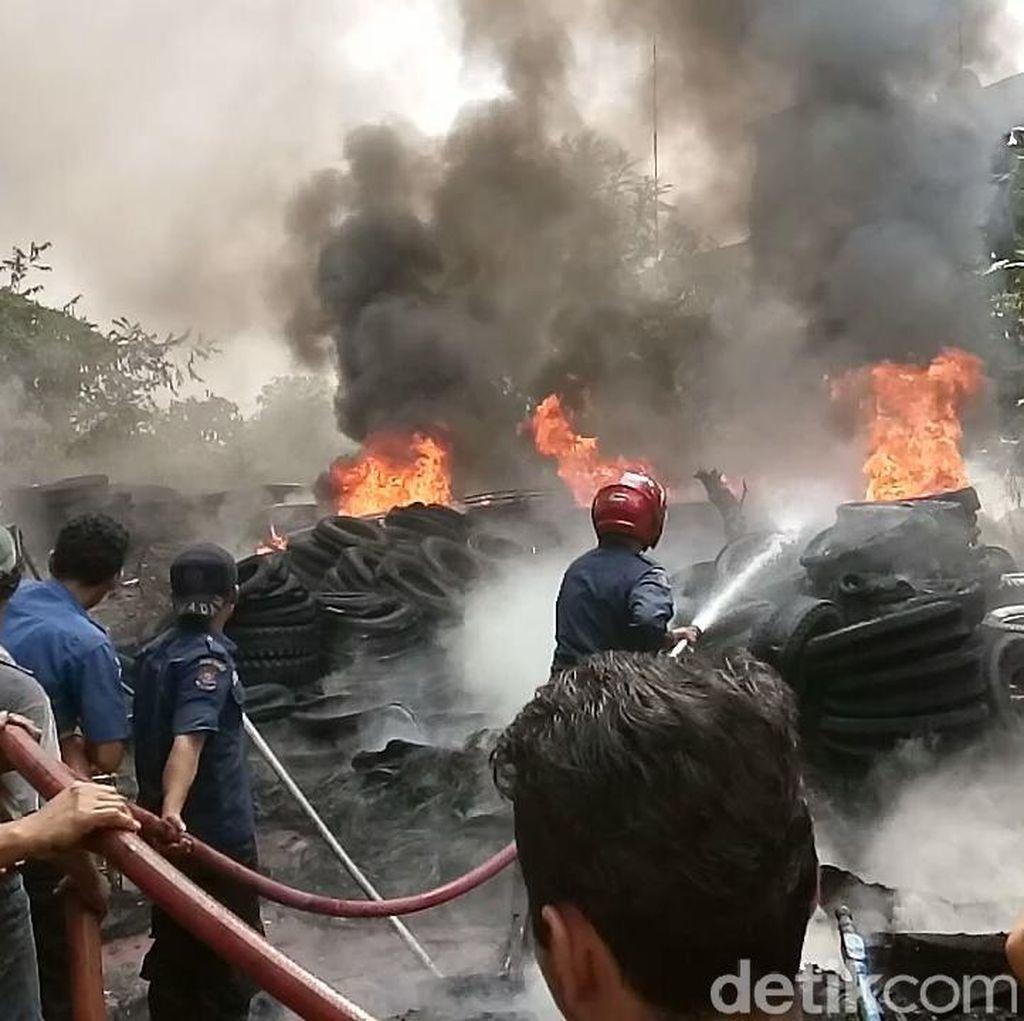 Ribuan Ban Bekas Terbakar di Medan, 8 Damkar Dikerahkan